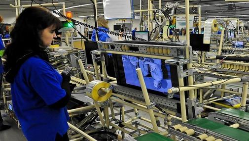 девушка работает на заводе по сборке рулевых колонок на заводе в Чехии