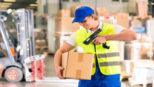 работник склада скетчирует ящик