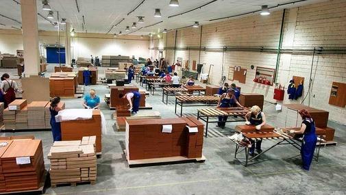 Работники на мебельной фабрике