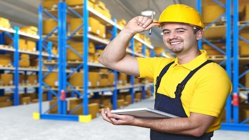 На фото мужчина работающий на заводе