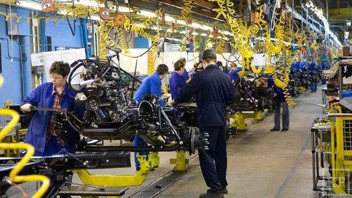 работают мужчины в цех автомобильного завода