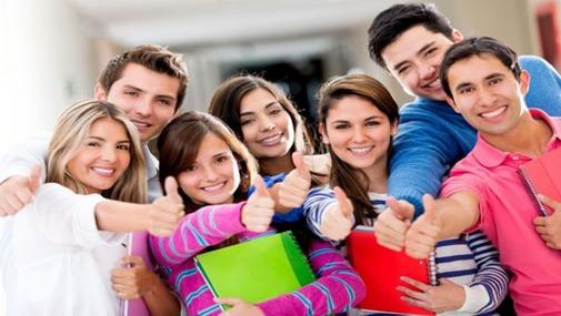 Молодежь, студенты вытянули руки и показывают класс