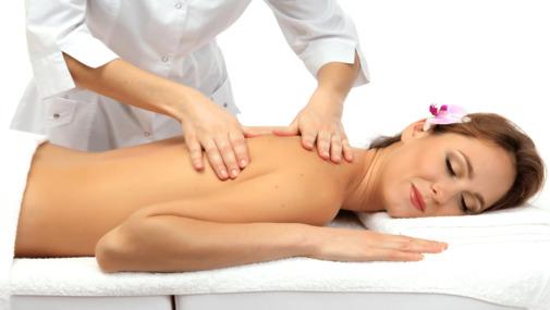 массажист руки делает массаж девушке