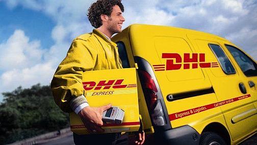 На фото молодой парень на летней стажировки в германии почтальоном