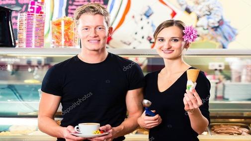 парень и девушка в кафе с мороженным и кофе